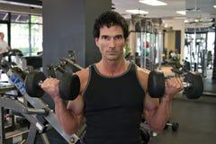 Mann-anhebende Gewichte Lizenzfreie Stockfotografie