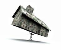 Mann-anhebendes Haus gebildet vom Bargeld Stockfoto
