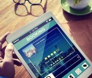 Mann-Anmeldungs-Hotel-Reservierung bezüglich Digital-Tablets stockfotos