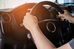 Mann-Antrieb ein Auto lizenzfreie stockbilder