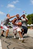 Mann-Antriebe zum Korb Straßen-Basketball-Turnier im im Freien Lizenzfreies Stockfoto