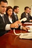 Mann-antwortendes Telefon in der Sitzung Stockfotos