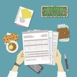 Mann  Arbeiten mit Dokumenten Menschliche Hände halten die Konten, Gehaltsliste, Steuerformular Arbeitsplatz mit Papieren, freie  Lizenzfreie Stockfotos