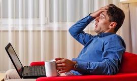 Mann arbeitet für Laptop Falsche Nachrichten stockfotografie