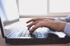 Mann arbeitet an Laptop Stockbilder