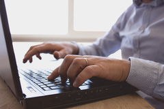 Mann arbeitet an Laptop Lizenzfreie Stockfotografie