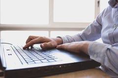 Mann arbeitet an Laptop Lizenzfreies Stockfoto