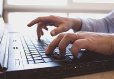Mann arbeitet an Laptop Lizenzfreie Stockfotos