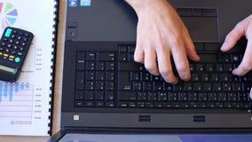 Mann arbeitet an Laptop stock footage