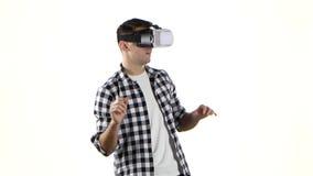 Mann arbeitet mit Dateien in den Gläsern der virtuellen Realität Weißer Hintergrund stock footage