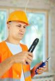 Mann arbeitet mit elektrischen Drähten Stockfotos