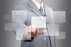 Geschäftsmann, der einen leeren Touch Screen von Hand eindrückt Lizenzfreies Stockfoto