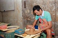 Mann arbeitet an Töpferscheibe, Taibei, Taiwan lizenzfreies stockfoto