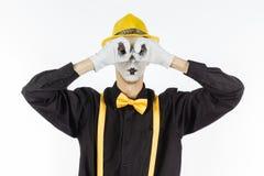 Mann, Arist, Pantomime, die eine Hand vor seinen Augen und lo hält Stockfotografie