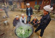 Mann-Asiaten, chinesische Bauern, Landwirte, Koch auf ländlichem Straße vil Stockbilder