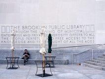 Mann außerhalb der Brooklyn-öffentlichen Bibliothek Lizenzfreie Stockbilder