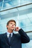 Mann außerhalb des Bürohauses Lizenzfreies Stockfoto