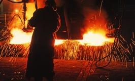 Mann auf überfülltem Stahlstand Stockbild