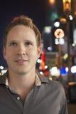 Mann auf Bürgersteig nachts Stockfotos