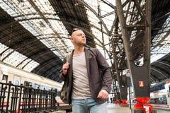Mann auf Bahnstation stockfotografie