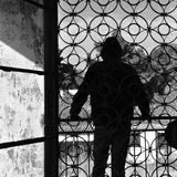 Mann auf Balkon des verlassenen Hauses Stockfotos