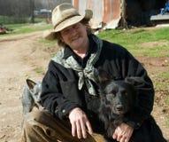 Mann auf Bauernhof mit seinen Hunden lizenzfreie stockbilder