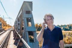 Mann auf beweglichen nahen Bahnstrecken Lizenzfreies Stockfoto