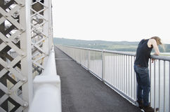 Mann auf Brücke Selbstmord erwägend Lizenzfreies Stockfoto