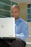 Mann auf Computer draußen Lizenzfreies Stockbild