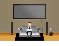 Mann auf Couch im Wohnzimmer Stockbild