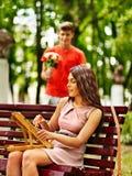 Mann auf Datum mit Blumenstrauß von Blumen Stockbilder