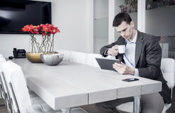 Mann auf dem Büro unter Verwendung des Tabletten-PC Stockfotos