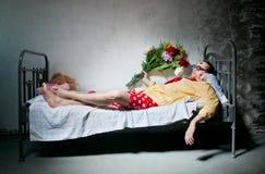 Mann auf dem Bett Stockbild