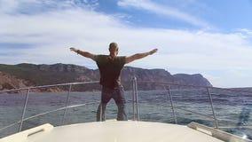 Mann auf dem Bogen des Schiff Ozeans stock video
