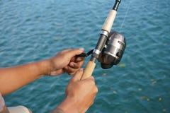 Mann auf dem fischenden Uferdamm im Urlaub Stockfotos