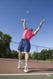 Mann auf dem Gericht, das Tennis - Vertikale spielt lizenzfreies stockbild