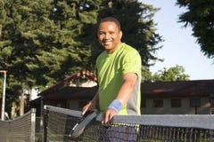 Mann auf dem Gericht, welches das Tennis - horizontal spielt Lizenzfreie Stockbilder