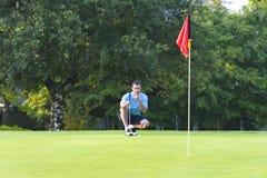 Mann auf dem Golfplatz, der das Golf - horizontal spielt Lizenzfreie Stockfotografie