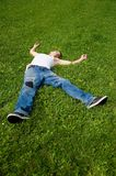 Mann auf dem Gras Stockbild