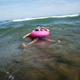 Mann auf dem Meer mit Tauchmaske und Schwimmen schellt Stockfoto