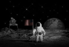 Mann auf dem Mond mit Markierungsfahne Stockbild