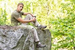 Mann auf dem Rand einer Klippe Stockbilder