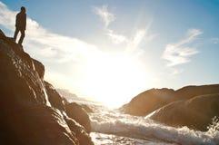 Mann auf dem roock nahe dem Meer lizenzfreies stockfoto