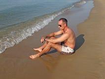 Mann auf dem Strand Stockfotografie