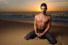 Mann auf dem Strand am Sonnenuntergang Lizenzfreies Stockbild