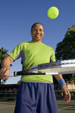 Mann auf dem Tennis-Gericht, das mit Kugel - Vertikale spielt lizenzfreie stockbilder
