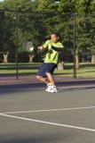 Mann auf dem Tennis-Gericht, das Tennis - Vertikale spielt Stockfotos