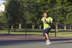 Mann auf dem Tennis-Gericht, welches das Tennis - horizontal spielt Stockfoto