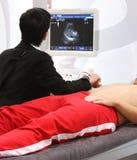 Mann auf dem Ultraschall Stockbild