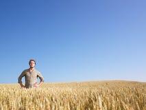Mann auf dem Weizen-Gebiet Lizenzfreie Stockfotos